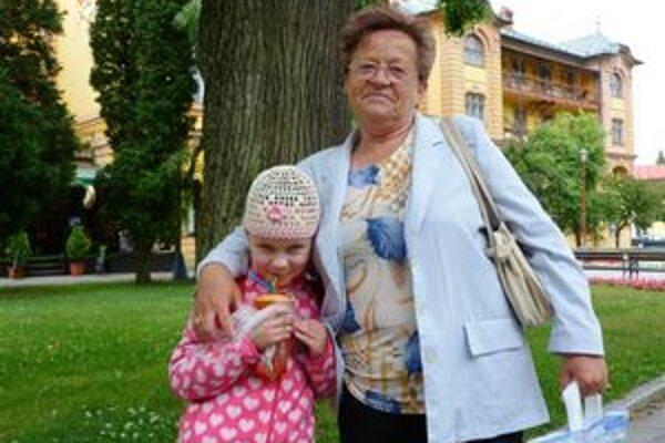 Pavlína Šoltýsová svnučkou Barborkou z Košíc. Obavy zepidémie nemajú a kúpeľný pobyt  si rady predĺžili.