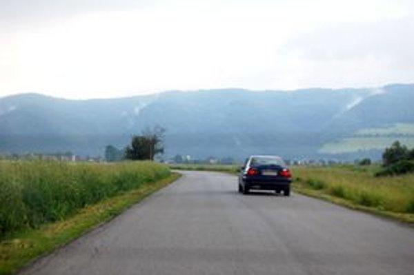 Vysoká tráva. Vodičom prekáža pri bezpečnej jazde.