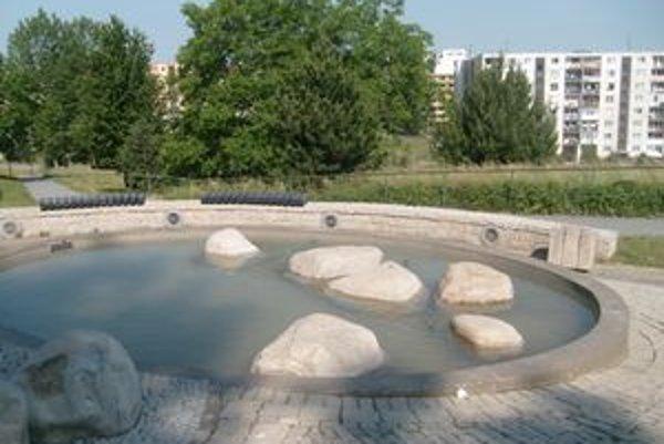 Park Angelinum. Vo fontáne je opäť voda.