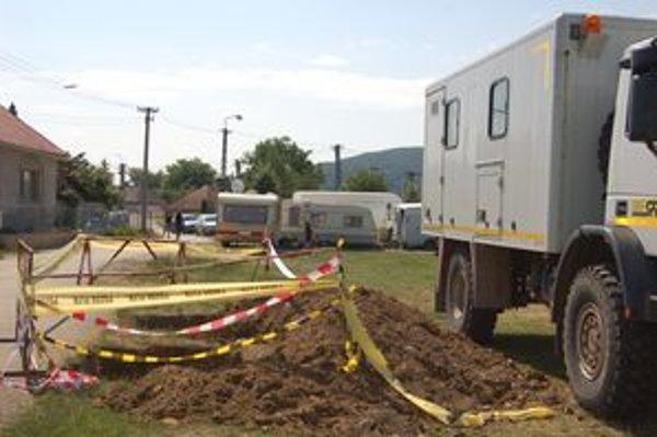 Vykopaná jama. Cirkusanti poškodili kolíkmi nabitými v zemi plynové potrubie.