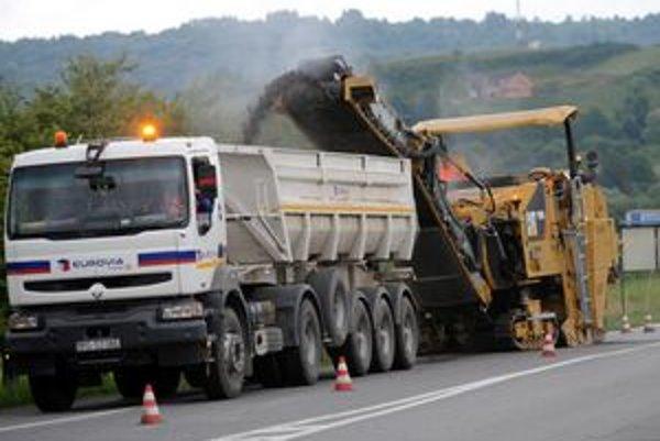 Oprava zničenej cesty v Kračúnovciach sa začala.