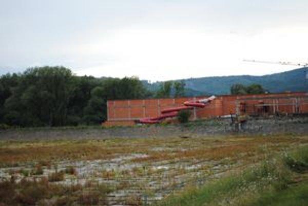 Rozostavaný kúpeľný dom aquaparku pri vypustenej Delni.