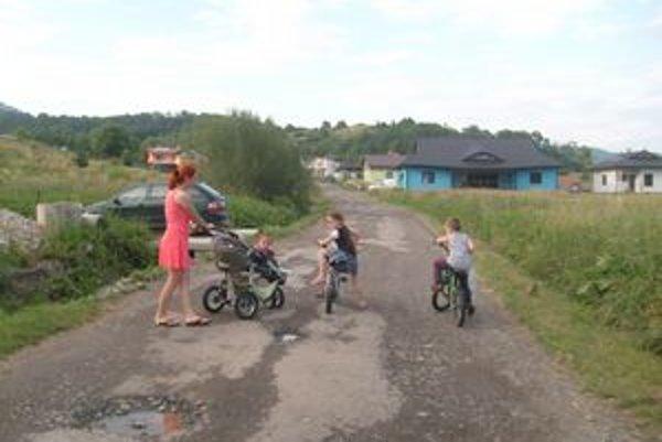 Na deravej ceste číhajú nástrahy aj na deti na bicykloch.