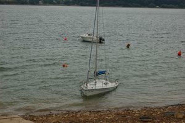 Ponorená jachta. Keby ju nedotiahli k brehu, voda by ju pohltila celú.