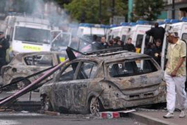 Londýnom sa prevalila nevídaná vlna výtržností a násilia.