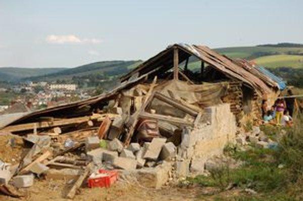 Zvalená chatrč. Tatrovka sa spustila z kopca a zničila biedny príbytok.
