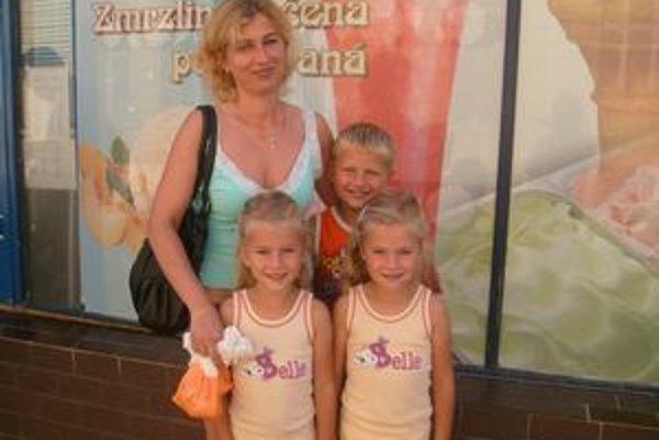 Rodina Novotných. Nakupovali pomôcky pre troch školákov.