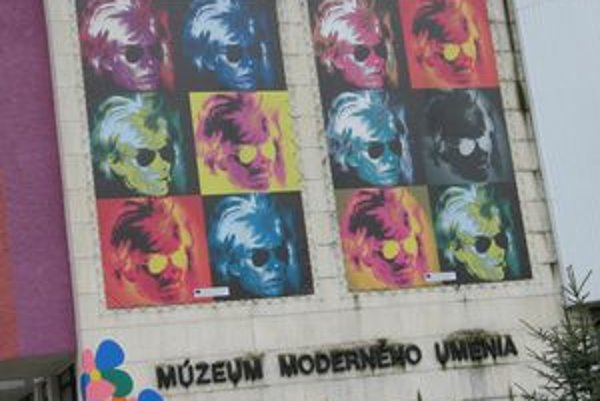 Andy Warhol. Peripetie s kúpou jeho obrazov pokračujú.