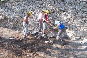 Obnova múru. Stabilizovali severnú stenu obranného múru.