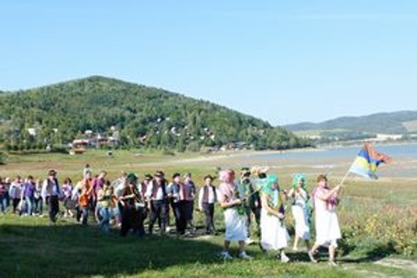 Slávnostný sprievod. Koniec septembra je podľa valkovských vodníkov čas na rituálny koniec sezóny v rekreačnej oblasti.