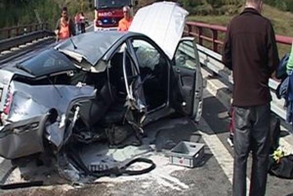 V zničenom aute sa vážne zranil jeden pasažier.