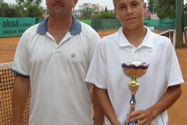 Tenisová nádej A. Molčan (vpravo) v spoločnosti trénera M. Potočňáka.