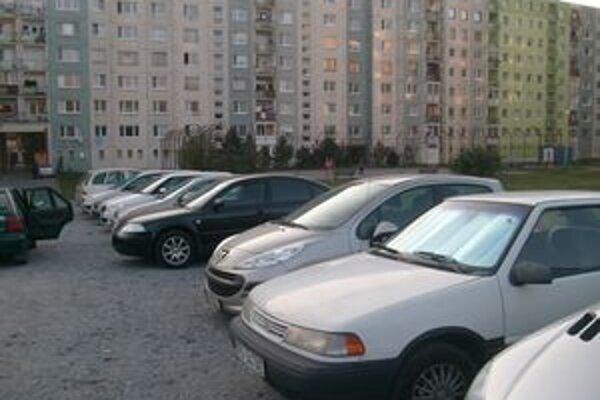Pozemok na Sibírskej. Vo vnútrobloku parkuje asi 60 áut.