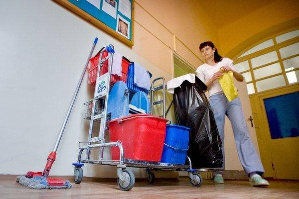 Mzdy blízke minimálnym platom sa u nás často vyplácajú za upratovanie.