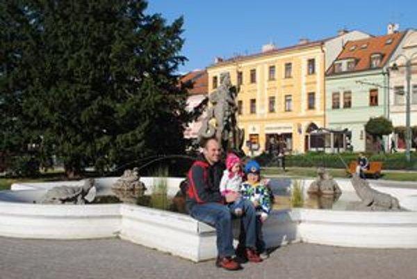 Neptúnova fontána. Vladimír Martoňák (38) s Terezkou (1,5) a Maťkom 3,5).