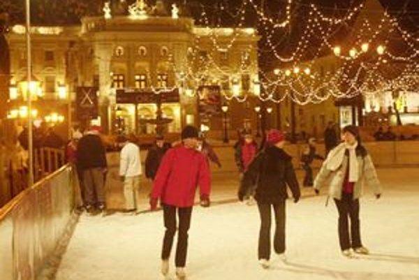 Korčuľovanie na námestí. Také niečo si už párkrát mohli vychutnať i Bratislavčania.
