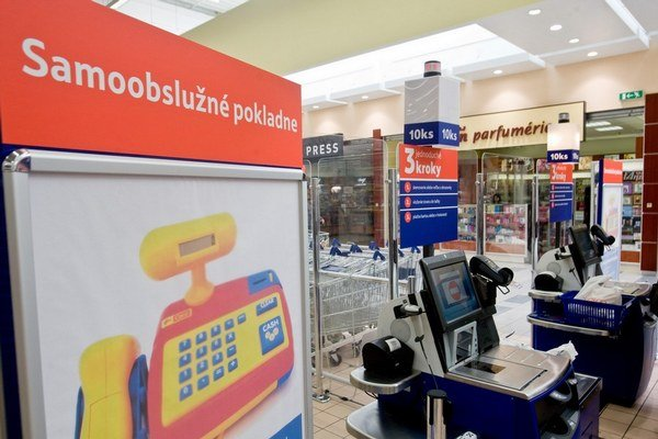 Na samoobslužných pokladniciach v Tescu chýbali plomby, zistili to daňoví kontrolóri.