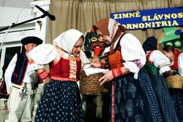 Folklórny súbor Lubená z Poluvsia preniesol divákov na jarmok.