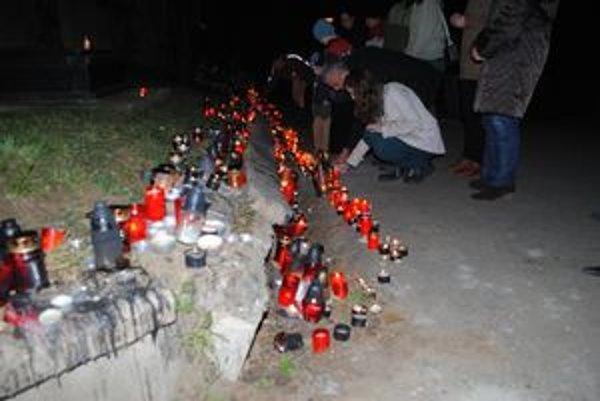 Sviečky pri kríži. Pred virtuálnou pietou dali Prešovčania prednosť reálu.