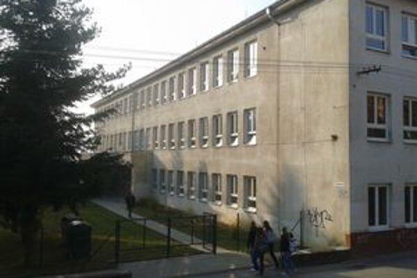 Gymnázium v Lipanoch. Maturanti neboli spokojní s prístupom fotografa.