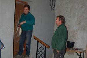 J. Lazorík a J. Ceperko. Trápi ich prístupová cesta do obce vedúca okolo osady.