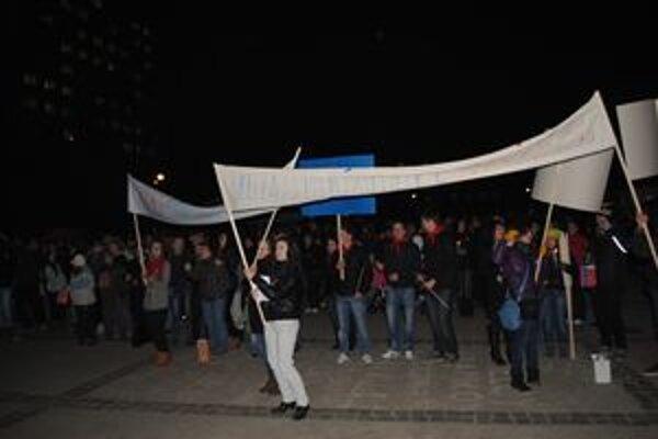 Demonštrácia. Transparenty chýbať nemohli...