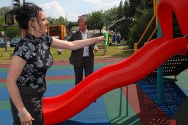 Exriaditeľka TSmP Andrea Marcinková a primátor Prešova Pavel Hagyari sa pred tromi rokmi pri otváraní detského ihriska v areáli firmy ešte spoločne usmievali.
