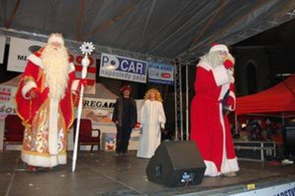 Rozsvietenie stromčeka. Svätý Mikuláš, Ded Moroz i deti ho spoločne rozsvietili.