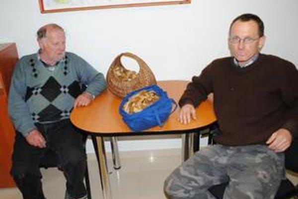 S prvým jarným úlovkom. Otec a syn, Marián a Emil Palkovci.