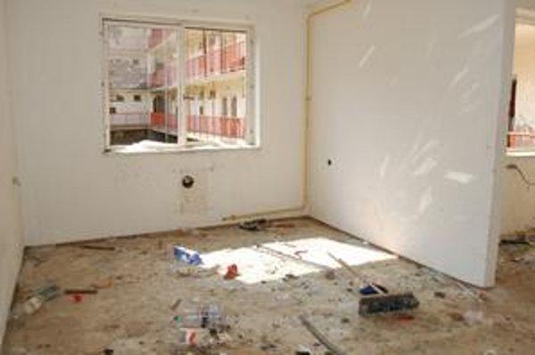 Zdevastovaný byt. Neplatiči nechávajú mestské byty v katastrofálnom stave.