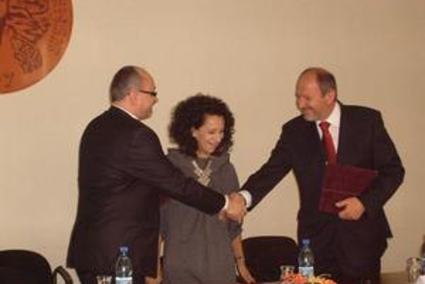 Memorandum o spolupráci. R. Matlovič, Z. Laurová a F. Knapík pri podpise dokumentu.