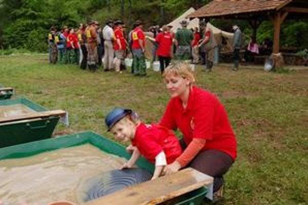 Najmladšia účastníčka. Zlato ryžovala aj dvojročná Tamarka a jej tehotná mamička.