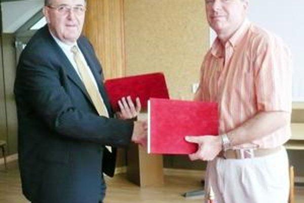 Dohodli sa. S. Katona (vľavo) sa M. Chmeliar po slávnostnom akte.
