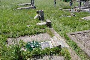 Zničené hroby. Vyčíňaniu vandalov neunikli ani sošky umučenia Ježiša Krista. Oprava pomníkov bude stáť tisíce eur.