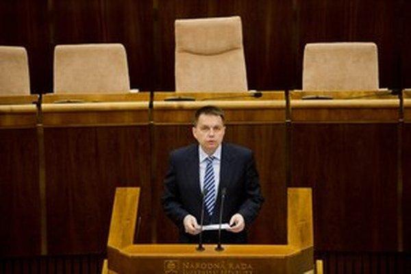 Minister financií Peter Kažimír musel pre vlaňajší nárast dlhu viazať v tomto roku tri percentá výdavkov.