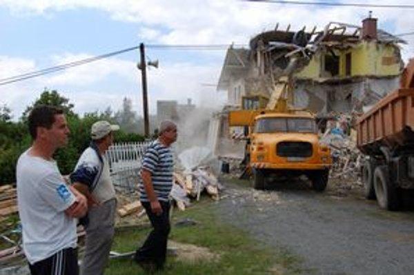 Dnes sa začalo búranie domu Brehových.