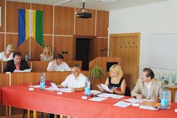 Vo Veľkom Šariši. Primátor Oros (úplne vľavo) a poslanec Babuščak (úplne vpravo) nenašli spoločnú reč.