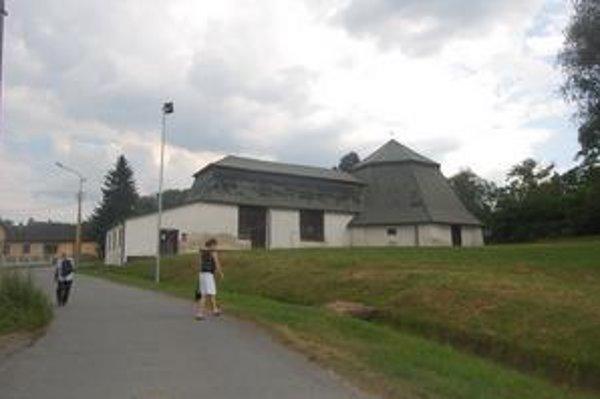 Národná kultúrna pamiatka Gápeľ. V pravej časti budovy je historická šachta Leopold.