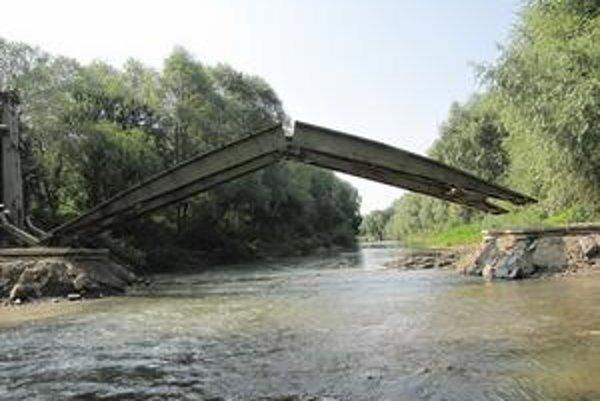 Ženijný most. Spája poľné cesty za obcou Breznica s cestou, ktorá vedie pod les zvaný Kučkov a vyúsťuje v obci Nižná Olšava v Stropkovskom okrese.