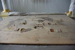 Obetný stôl. Ikony boli zapečatené vo vrchnej doske.