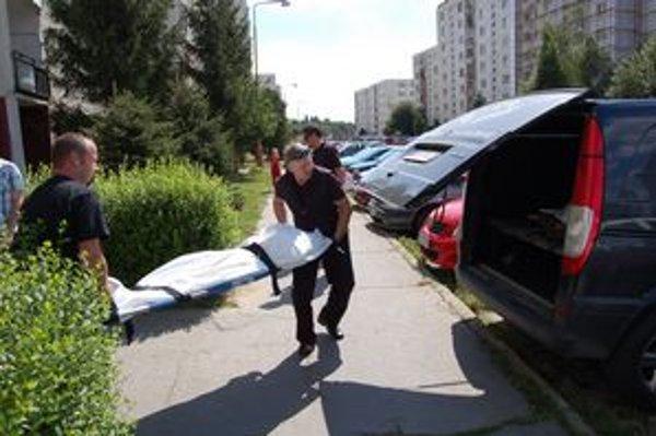 Podozrivé úmrtie preverujú policajti, nevylúčili cudzie zavinenie.