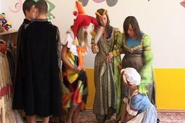 Mládež v dobových kostýmoch. Výsledky jednotlivých workshopov odprezentujú mladí v rámci septembrových hradných slávností na Šarišskom hrade.