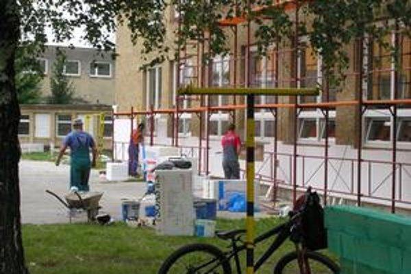 ZŠ Lesnícka. Práce na výmene okien a zatepľovaní postupujú pomalšie ako sa plánovalo.