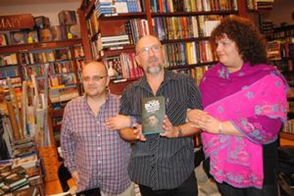 Kniha o Černákovi. Predstavili ju (zľava) Dado Nagy, Gustáv Murín a Ingrid Timková.
