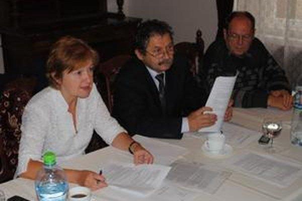 Staronový predseda. J. Jurčišin (uprostred) s K. Mudríkovou a P. Kerlikom z Predstavenstva SSN.