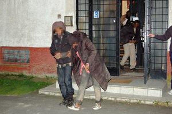 Mladí Somálci. Vyčerpaných troch chlapcov adve dievčatá našli policajti vrekreačnej oblasti Domaša-Dobrá.