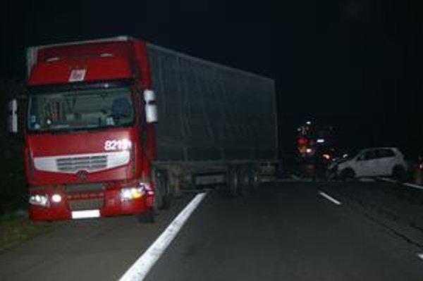 Otáčal sa. Bieloruský kamión jazdil v protismere, narazili doň tri autá.
