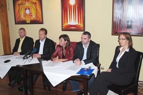 Pavel Hagyari. V kruhu svojich podporovateľov (R. Bačík, M. Nováková, R. Pucher, D. Štieberová).