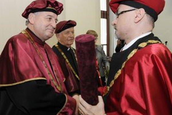Zľava Ján Babjak, Jozef Tóth a rektor PU René Matlovič pri odovzdávaní dekrétu doctor honoris causa Prešovskej univerzity.