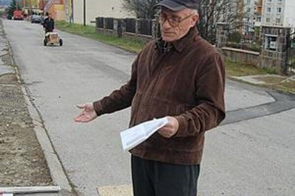 Pavol Kolesár. Diery na chodníku si opravuje sám.
